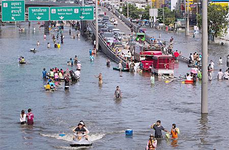 dws-bangkok-nov-2011-flooded-street-450px